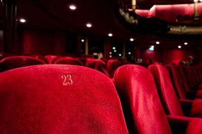 Jak się ubrać do teatru, na koncert latem, kiedy jest upalnie