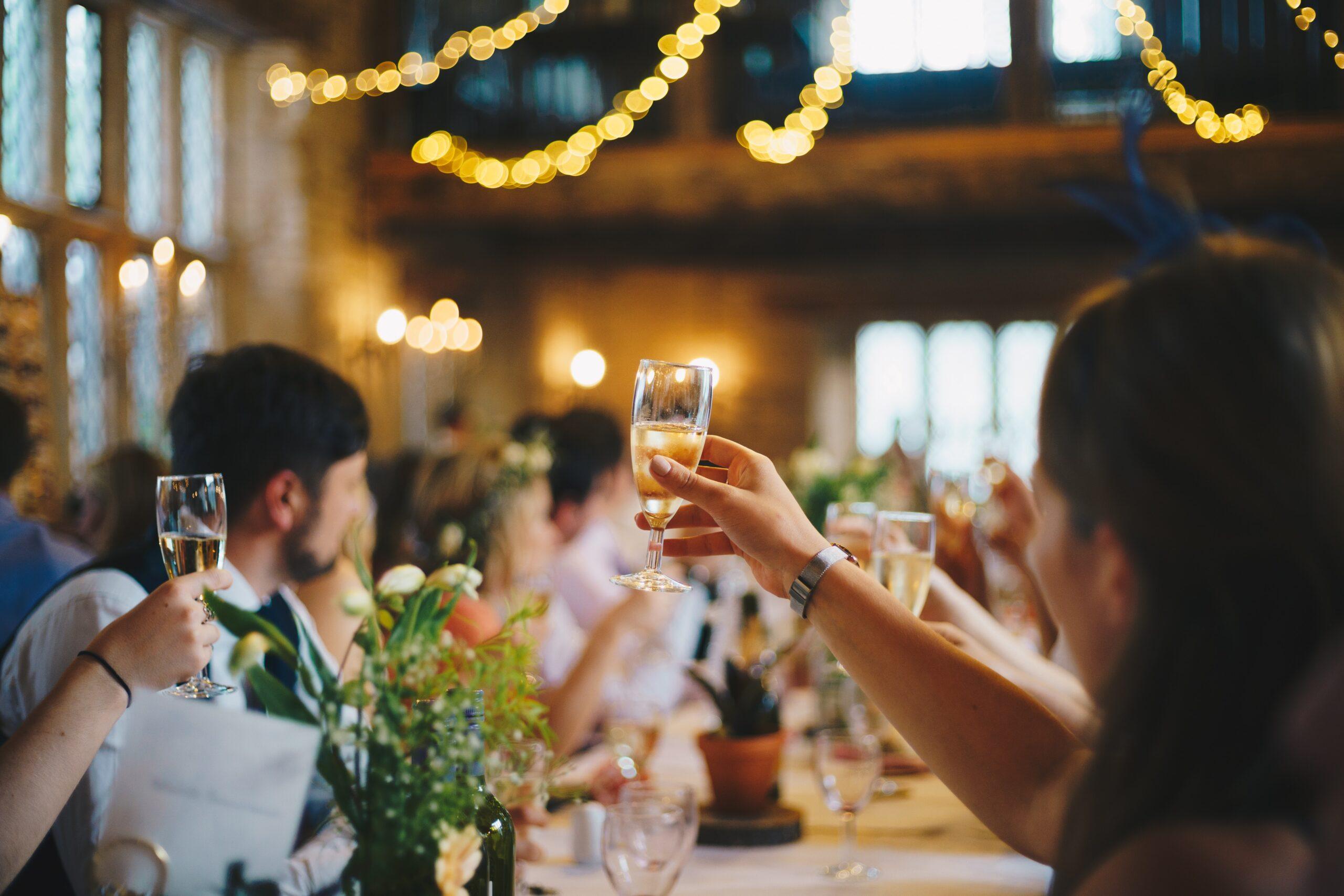 Jak ubrać się na wesele, jak ubrać się na poprawiny, kiedy wesele jest zimą
